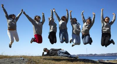 Børn hopper i luften