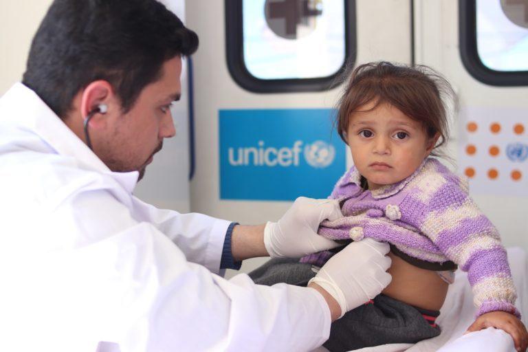 Syrisk pige modtager lægehjælp